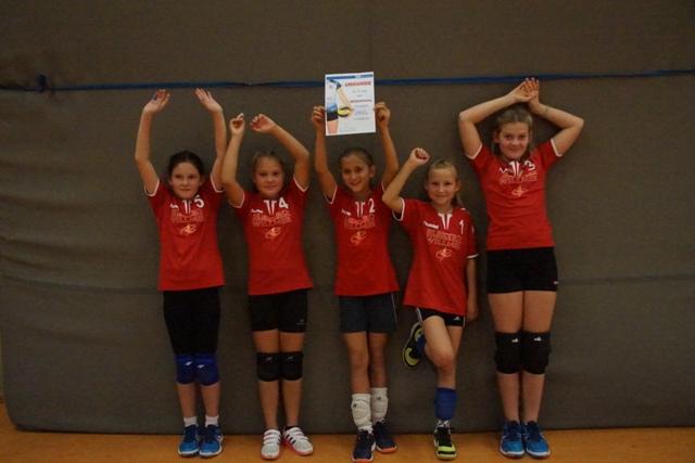Für die erste Mannschaft spielten: Analia, Heidi, Stine (Kapitän), Mila, Nora (v.l.)