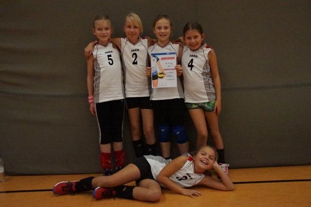 Für die zweite Mannschaft spielten: Zofia, Fanny, Anna (Kapitän), Bentje, (v.l.), liegend: Johanna